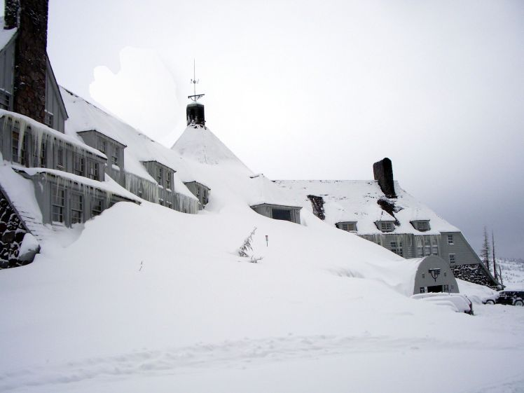 2560px-timberlinelodge_front_winter